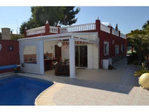 Venta de chalet con piscina en la zona de Elche de la provincia de Alicante