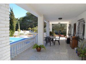 Venta de chalet con piscina en La Marina, de la provincia de Alicante